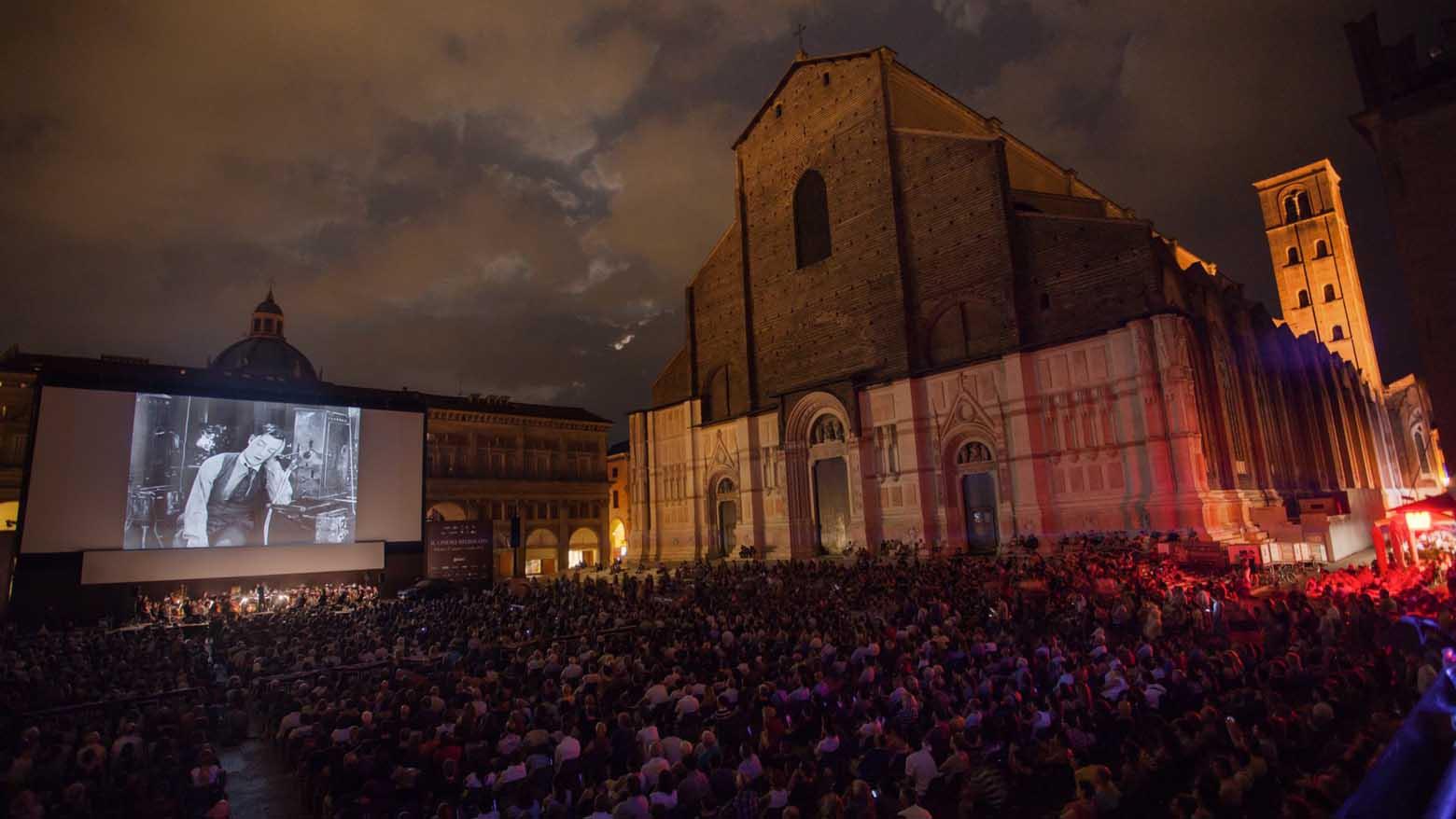 Filmska projekcija na trgu Pjaca Mađore u okviru filmskog festivala Il Cinema Ritrovato u Bolonji